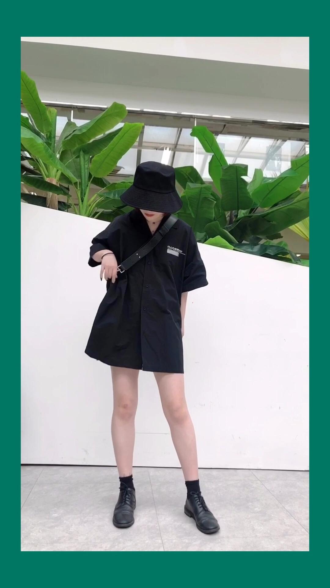 #蘑菇街新品测评# 包:古良独立设计 衬衫:Roaringwild 酷酷的男友风衬衫搭配一双简洁的小单鞋 不仅休闲舒适,走在街头也会让路人忍不住多看几眼。 这套衣服即使在炎热的夏天也能解暑~