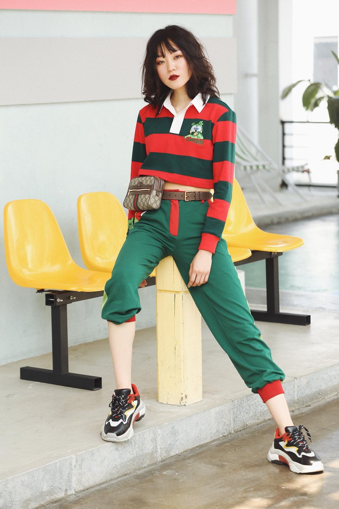 又又又又红配绿,对没错,如果喜欢上一种类就会痴迷,最近发现红绿色太好穿,于是一个不小心入了太多。最近的look能出一个系列了,我打算就叫它「今夏穿不完红绿搭」#盛夏和冰淇淋色更配哦!#