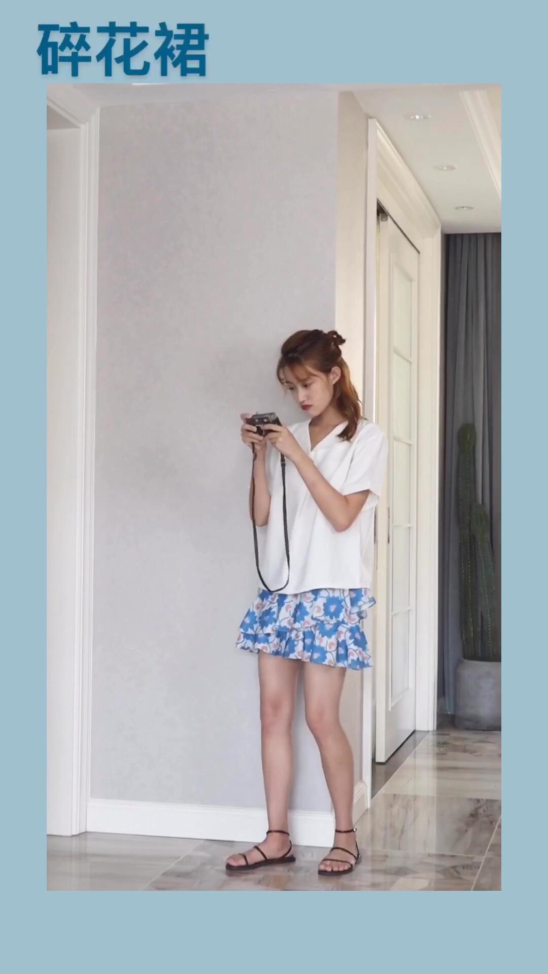 #夏日清凉穿搭大赛#  hello,宝宝们本期推荐👇 蓝色碎花裙 上衣搭配简单白色简约衬衫,经典蓝白搭配显得hin清爽,小裙纸也有点像冰激凌色 欢迎宝宝们在评论区留言交流穿搭👏