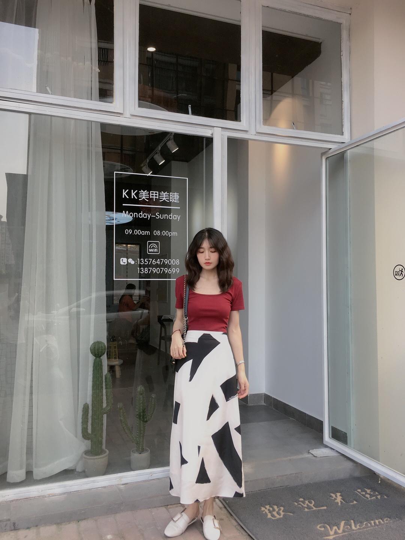 #7月穿什么?新裙裙已备好!# 平时很少尝试酒红色系 也是一个炒鸡凸显肤色的色哦 半身裙是几何花纹 还蛮简约的