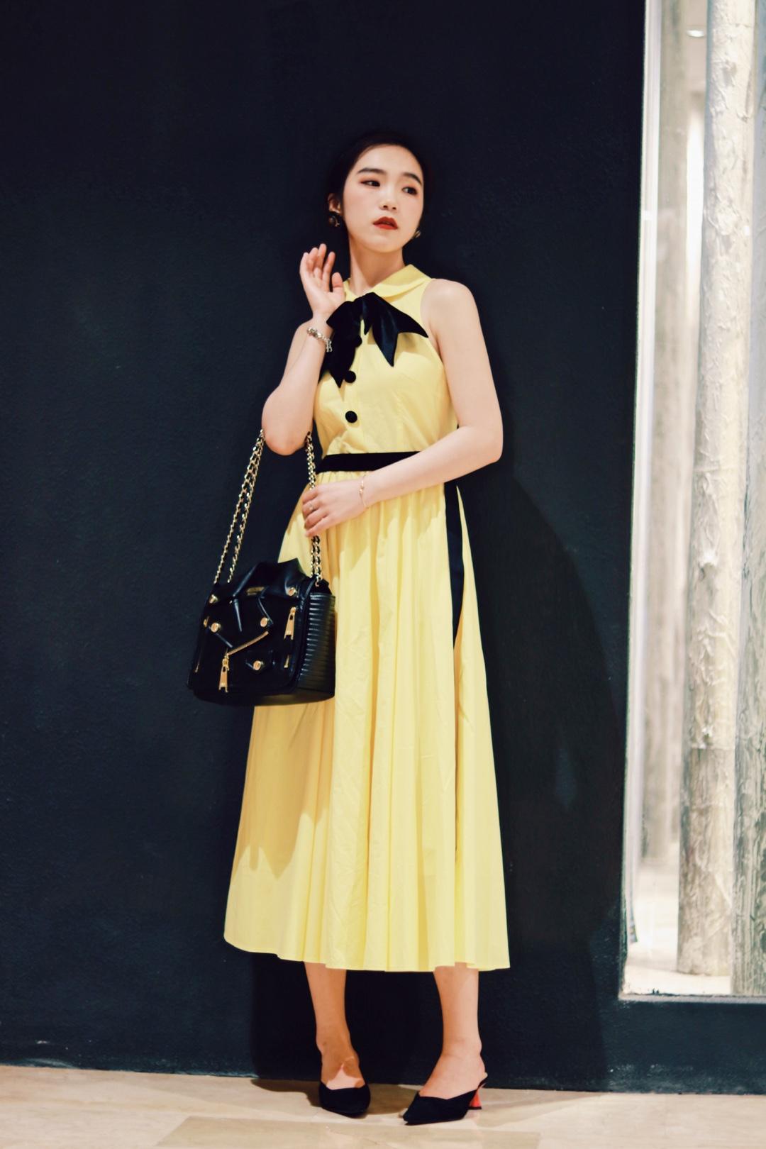 夏季怎么能少的了柠檬黄呀!一个亮丽的颜色、可以让你的夏天瞬间活泼起来呀!#这次!要给水果色打100分# 收腰款的连衣裙、秒变纸片人。别看是无袖的裙装、它可是U型露肩。能把最瘦的肩胛骨露出来哟!