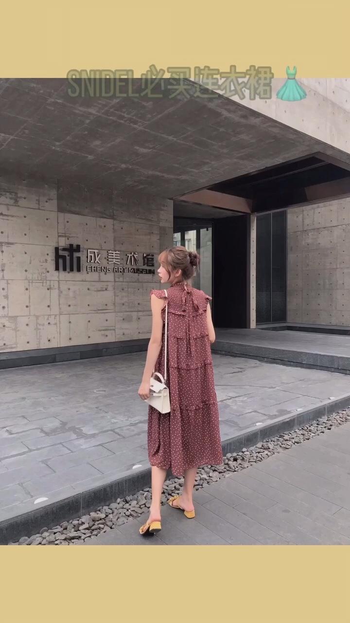 分享最近盲买的snidel连衣裙,无意间逛微博看到了日本dg在发,主推棕色款 不用担心会透哦,会送内搭吊带,很亲肤。感最近沉迷于波点无法自拔了哈哈哈 #120斤女孩の选裙建议~#