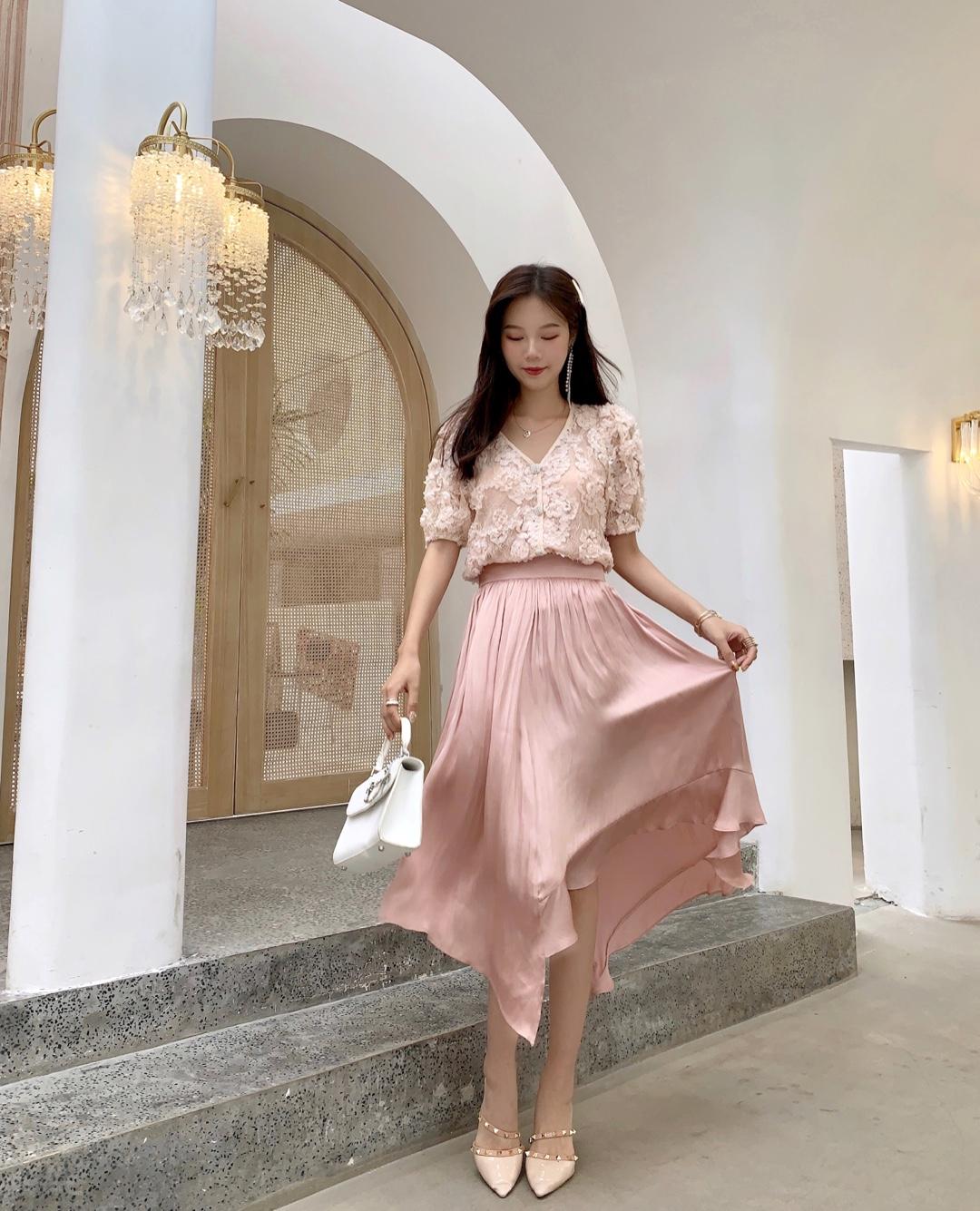 #法式穿搭,气质值+100!# 炒鸡有设计感的半身裙 不规则的设计  粉嫩嫩的减龄必备哦~ 颜色蛮显白的 好搭配衣服 穿着洋气