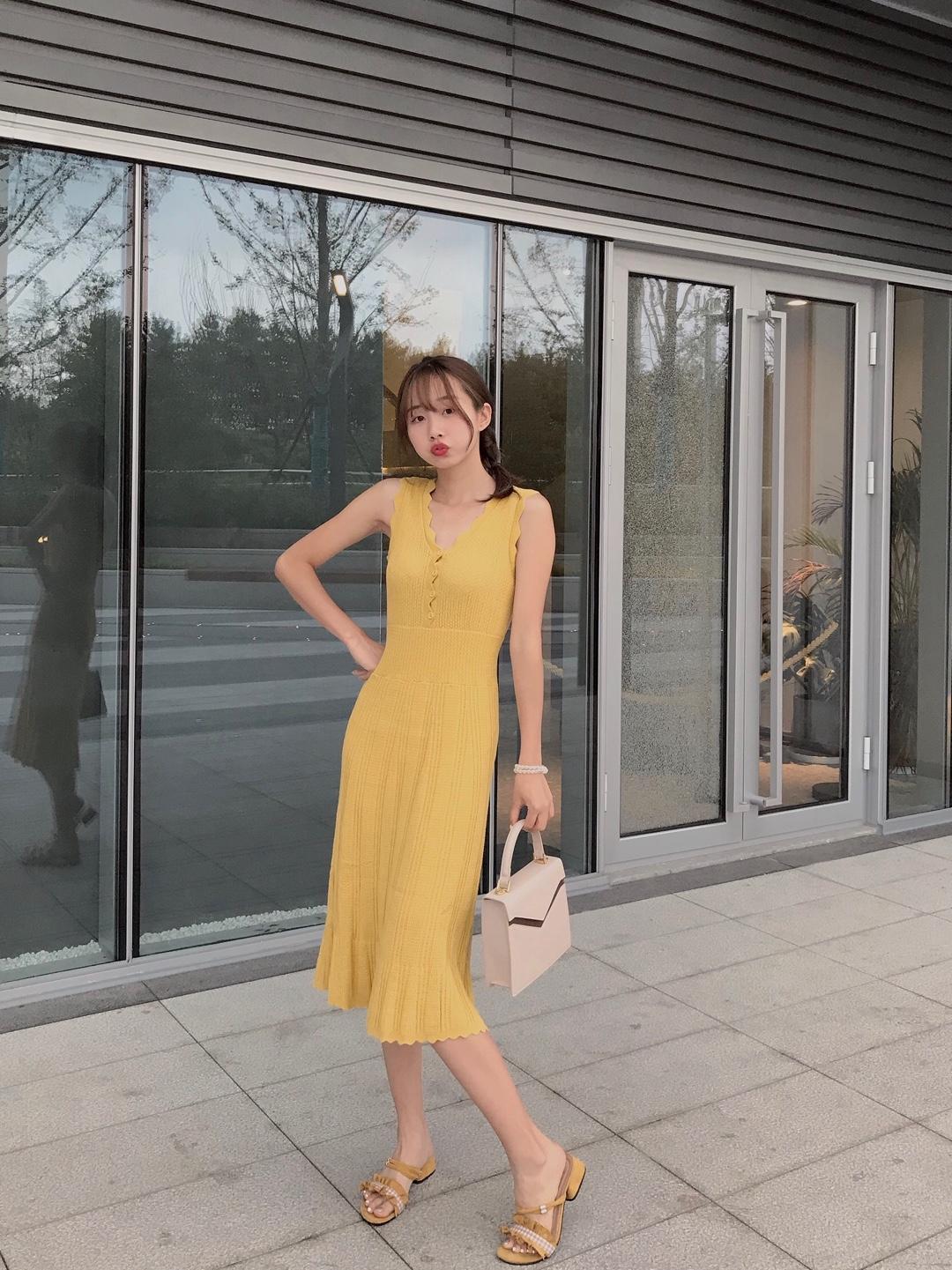 夏天我最喜欢黄色衣服 日系甜美feel针织连衣裙SnidelV领波浪设计比较修身针织裙。 不得不推荐针织连衣裙呐。面料超柔软上身很舒适,浅黄色真的显白,随便搭配半拖鞋都好好看哦~ #鉴婊测试在手,斩男穿搭我有!#