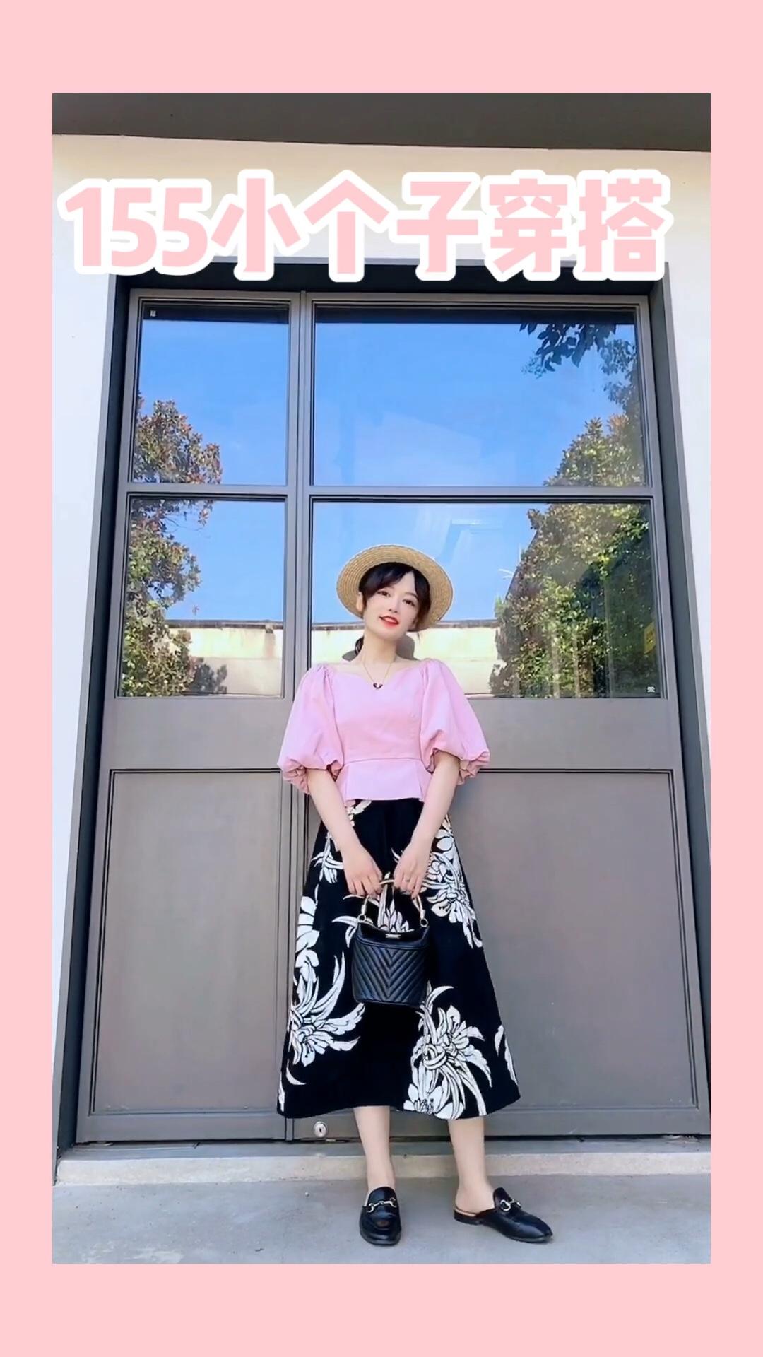 #小个子暑假作业:变高变美!#  粉色少女心满满的夏天 和泡泡袖搭配的粉色复古上衣太美啦 度假穿这件拍照炒鸡美哦 露出锁骨和肩膀线条 再搭配一条长裙~ 快去赚足回头率吧