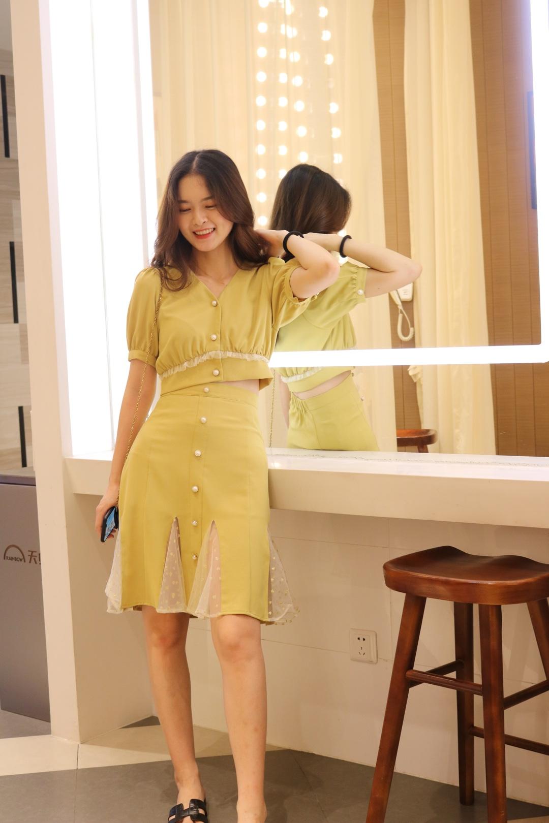 我穿过的最美的姜黄色了,这个颜色真的巨显白了吧,还有小鱼尾的设计增添了优雅感,高腰也更加显瘦显高哦#网红套装:摆脱穿衣纠结症!#