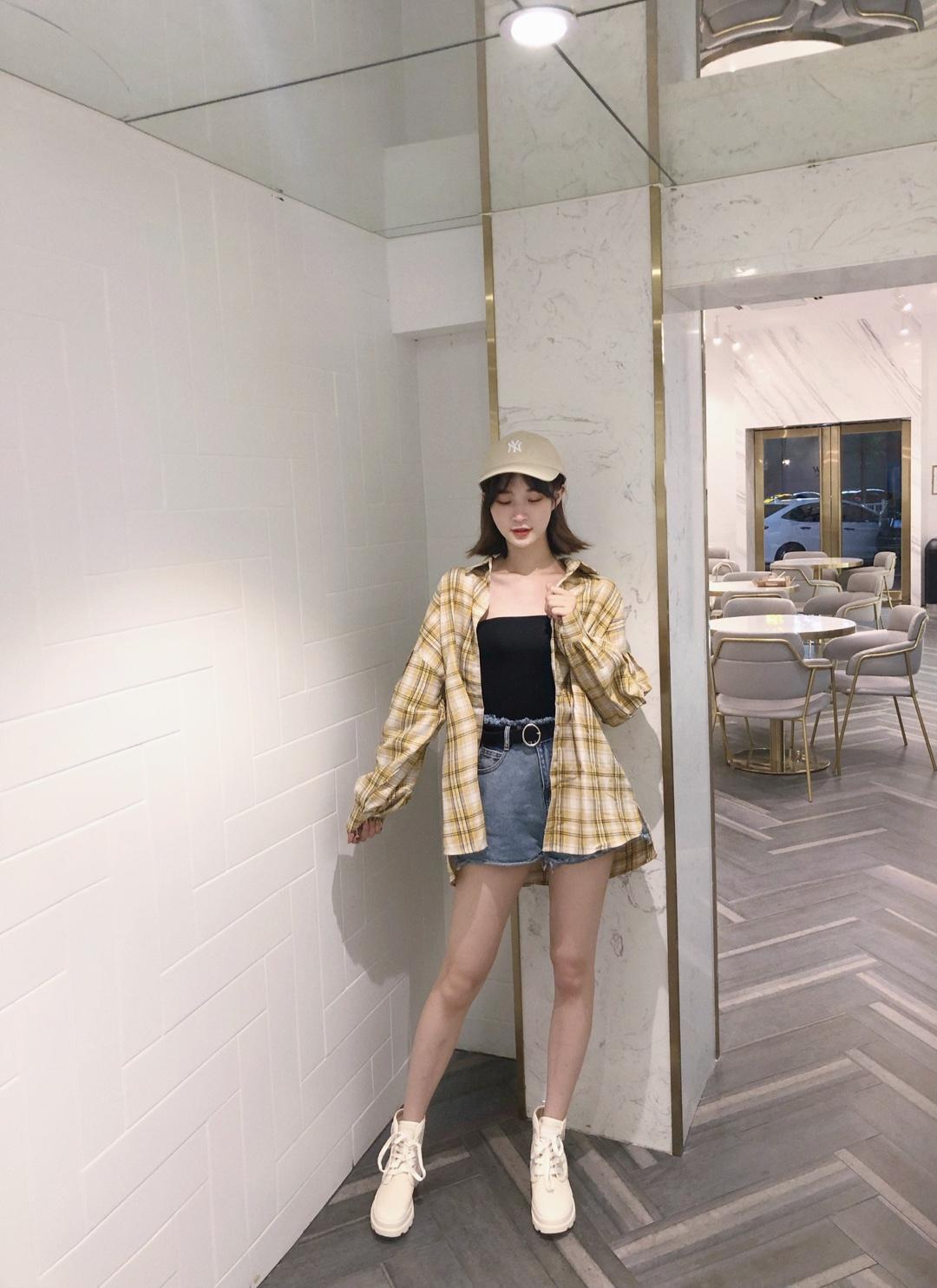 #初秋第一波韩系潮流,跟上!#格子外套是初秋必备的呀 可以当防晒用 是休闲风的赶脚~