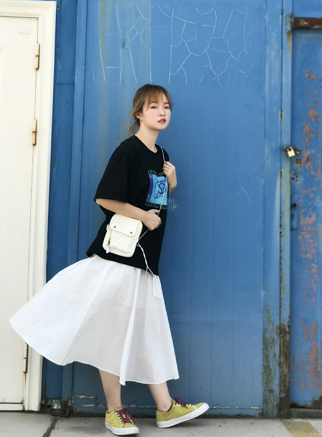 #梨形mm这么穿=又高又瘦# 黑色印花t恤百搭又好穿 白色半身裙太爱啦!穿上就是仙女啦~ 黑白两色搭在一起太百搭啦!! 搭配一双亮色的鞋子和与裙子颜色呼应的小包! 整体look清新自然,协调又好看🌟