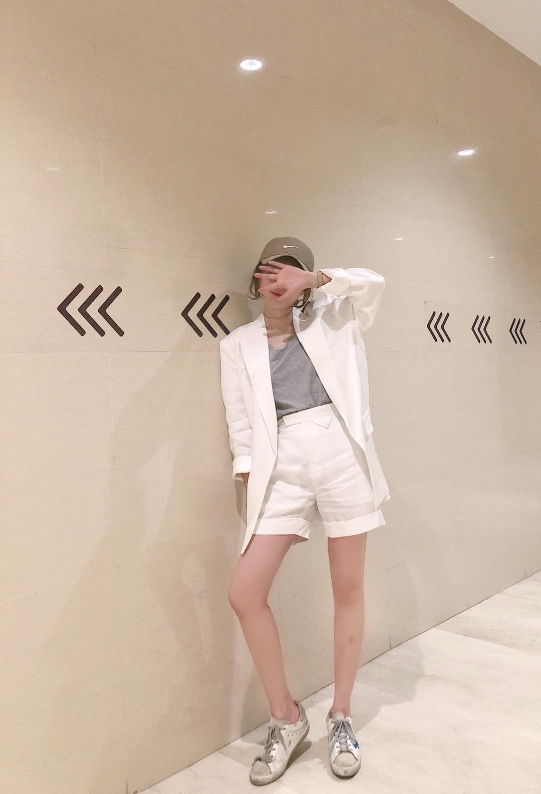 质感敲好的一套白西装,穿着太高大上拉,而且又很有气质,整体设计酷酷的,非常有设计感,我的菜#2019早秋流行第一弹#
