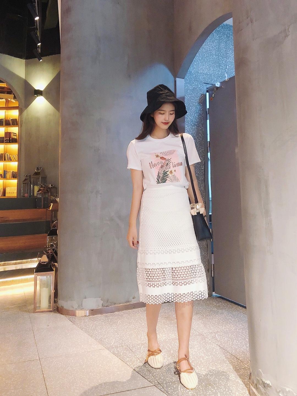 #这条半身裙,专治腿粗~#  一套黑白色系的经典搭配很干净,很清爽。 简单的印花上衣,搭配上镂空的重工裙 搭配起来很精致,很好看哇,做工也很美哦 高腰的款式显瘦也很显高啊。 配上黑色渔夫帽和黑色的包包。 气质款的搭配单品淑女风满满啦