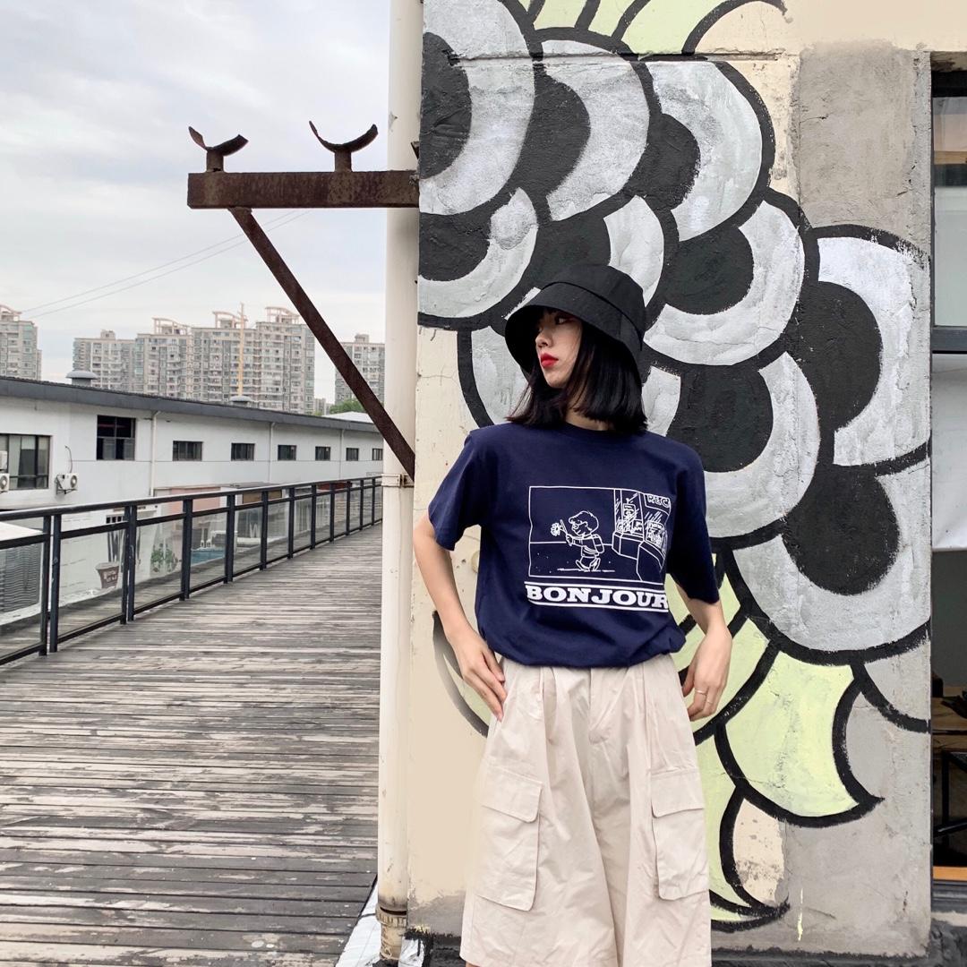 #入秋通知:简约风安排上了#蓝色T恤 下装搭配白色工装短裤 很好看啦