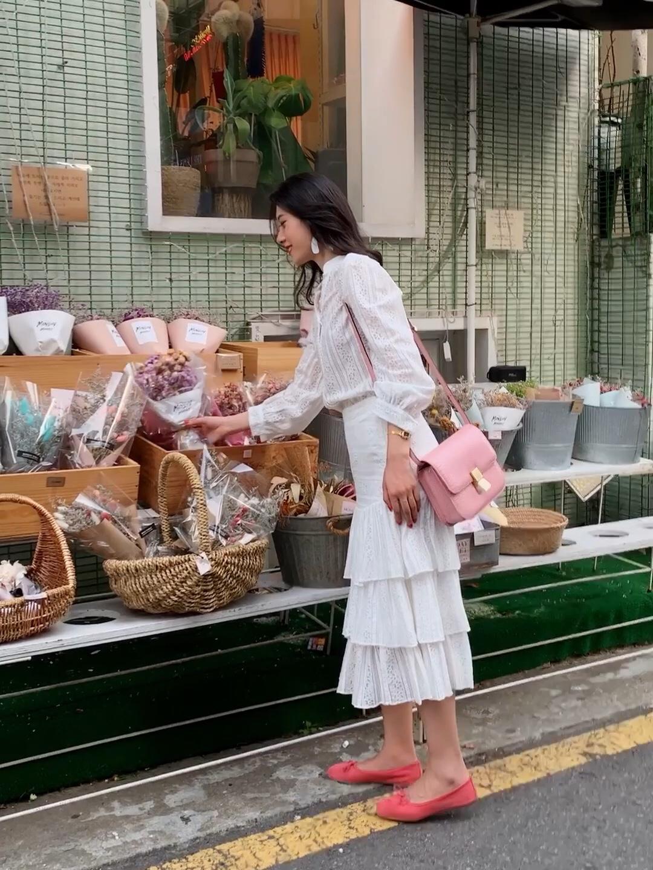 #秋装上新穿搭打卡# 蕾丝衬衫搭配蕾丝蛋糕裙 一整套的白色蕾丝楚楚动人 非常女神的一套穿搭 初秋穿再合适不过了 搭配粉色Celine的豆腐包! 用粉色的单鞋和包包相呼应 真的不要太好看! 白色和粉色整体看起来就非常的女神