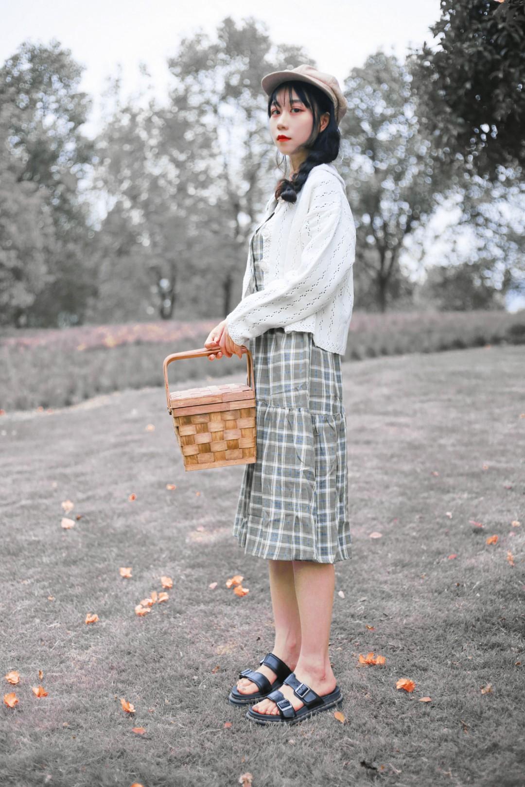 #中秋节见家长乖乖女套装#  我说这件衣服也太乖乖女了吧!! 给人的感觉就很有涵养~~~ 整体也是有一点仙仙的小女孩气质 整个人都被衬托得年轻起来 见家长的不二选择穿搭!!! 而且感觉也是很洋气的!!!超级减龄大法