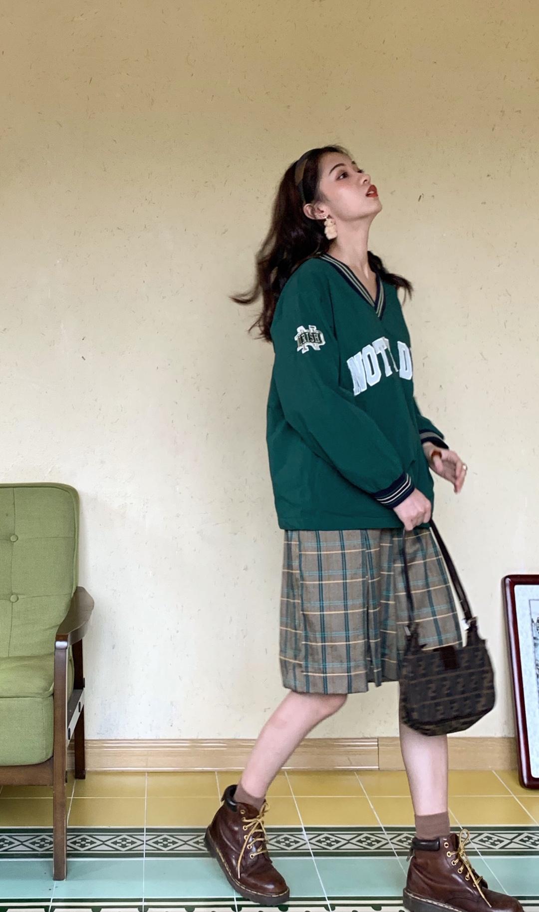 深橄榄绿色的卫衣真的太太太少见了,这件颜色太显白了,衣服是有点反光雨衣布料的感觉,是偏柔软的那种,呈A字形的版型,可以完美隐藏有小肚子或者大腿肉较多的身材。搭配绿条纹的格子裤,休闲又别致。主要是真的太显白,可以夸一万遍!#秋装上新穿搭打卡#
