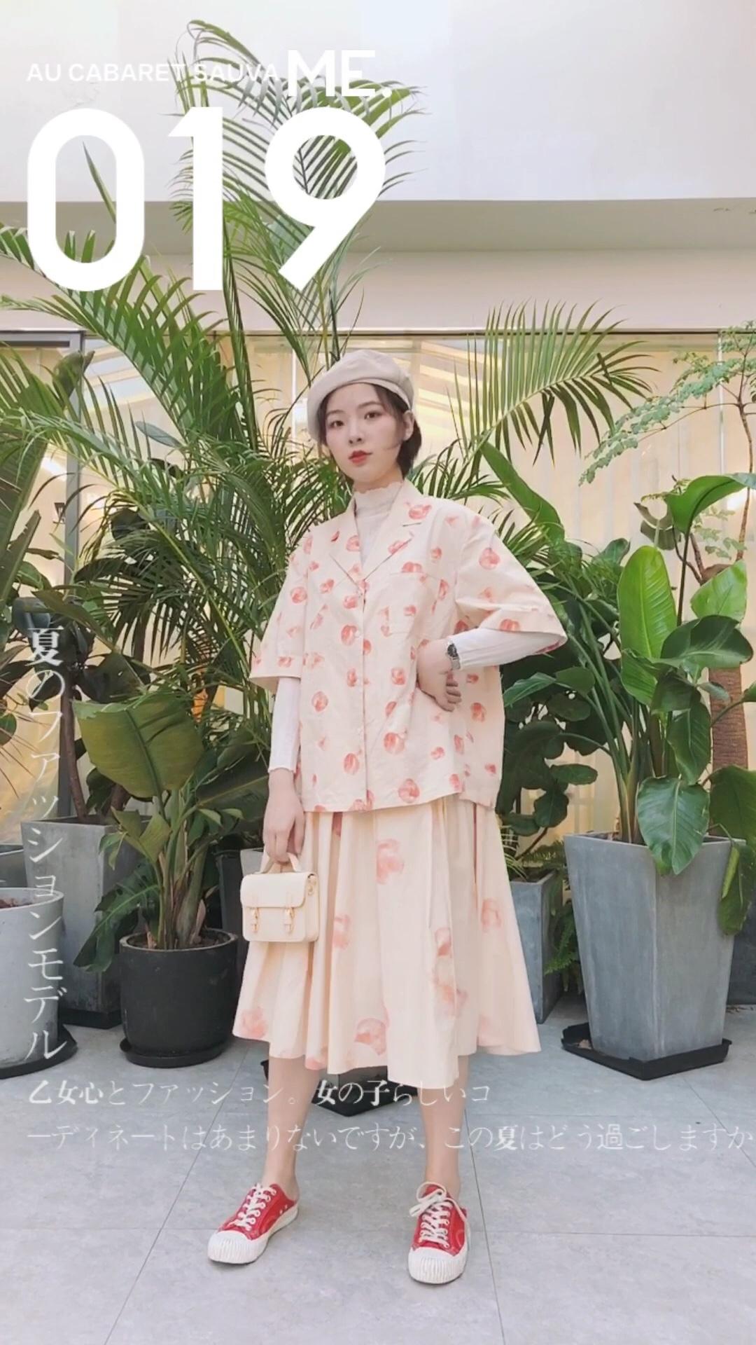 #秋装上新穿搭打卡#  温柔的早秋穿搭 白色半高领内搭搭配桃子套装 粉酷色的一套搭配