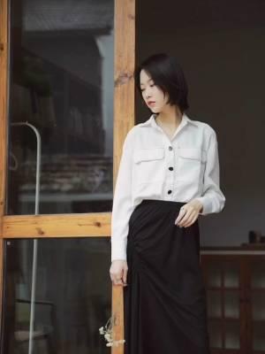 #蘑菇街环游旅拍季# 黑白配 永远不会过时的look 衬衫搭配黑色半裙 纯棉穿起来很舒服