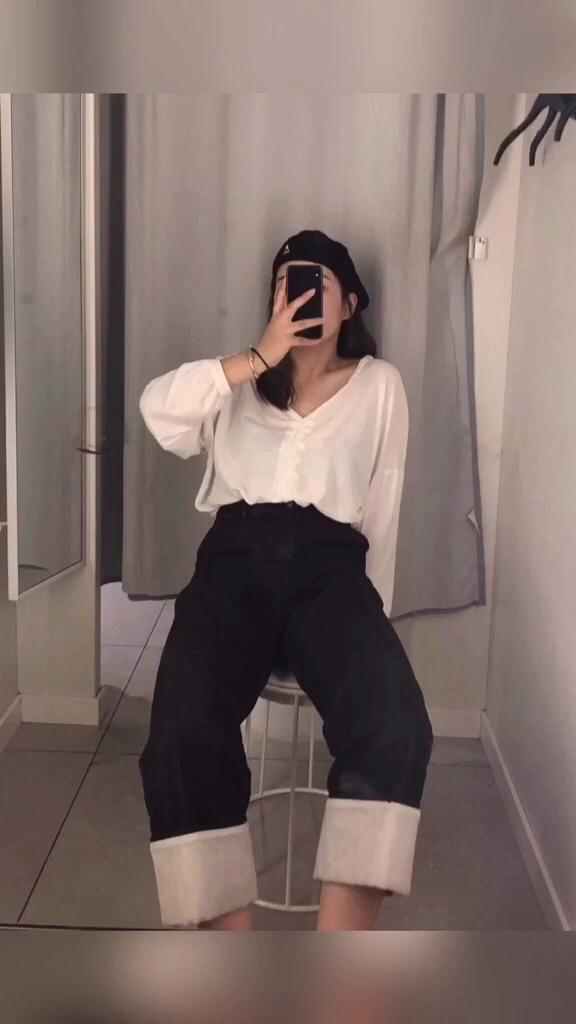 #显瘦神裤,谁穿谁知道!#  T恤+牛仔裤的搭配 非常简单易学! 只要你的裤子是高腰款 那大长腿就得到保障啦!