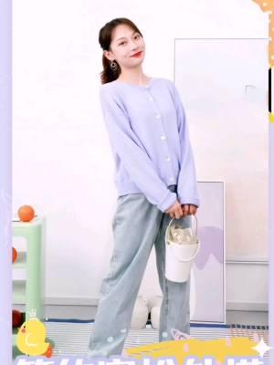 #9月必入秋装新款,盘它!# 浅紫色针织毛衣温柔气质 搭配舒适的高腰阔腿裤 就特别适合慵懒悠闲的初秋啦~