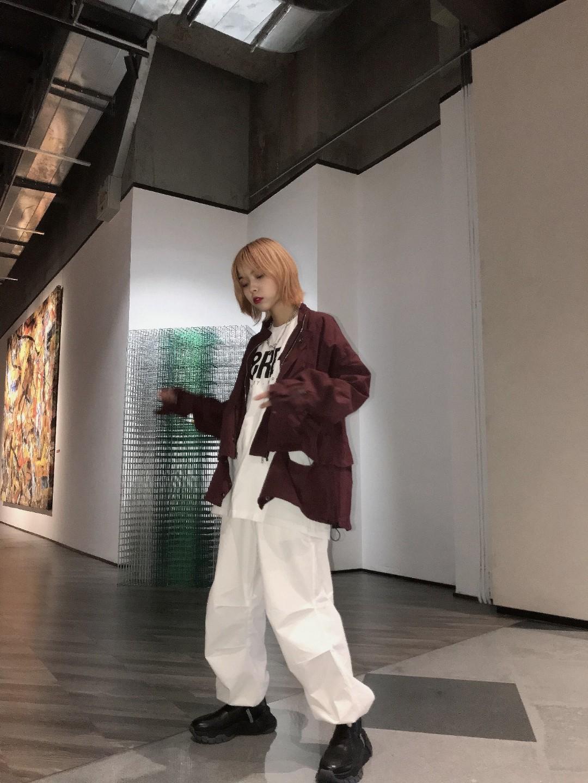#换季防感冒穿搭,安排!# 超级酷女孩的look! 枣红色不规则设计的外套很特别! 搭配白色太空裤帅气十足 运动鞋的搭配也超奈斯!