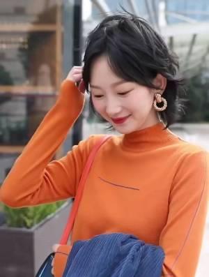 一款很有设计感的小众西装,颜色是藏青色,很特别又高级,搭配橘色针织衫让你在人群中脱颖而出#国庆出游c位穿搭预定!#