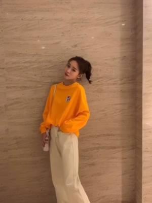 #女生必须尝试的5种风格# 卫衣在早秋也是一样必不可少的咯 这一身橘色是很活力得一套,穿上很减龄 搭配得这条牛仔裤我很喜欢哦~ 米色得牛仔搭配暖色浅色都很好看呢。 宽松的阔腿版型更是不挑人穿~