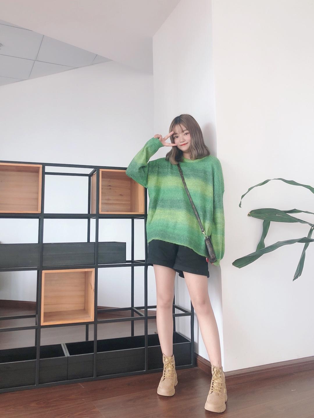 #今秋的衣柜又被绿了……#  敲洋气的绿色 毛衣 我爱了! 温温柔柔的感觉 一件毛衣就可以给到! 搭配一双马丁靴 奶酷奶酷的哦~