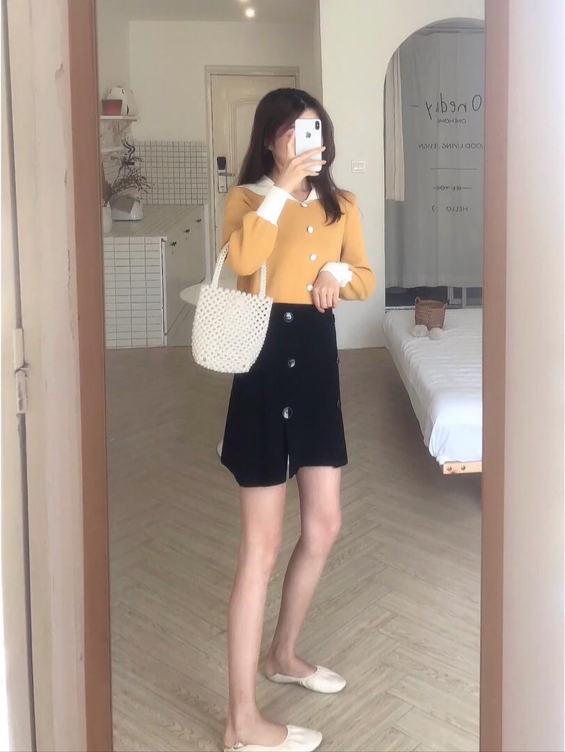 #一周限定:温柔女友穿搭#  鹅黄色也太温柔了!! 💛💛 针织毛衣 入秋的首选之一 领口设计的灰常的减龄~ . 裙子也是针织的面料哦 这样穿出门 太入眼啦~~