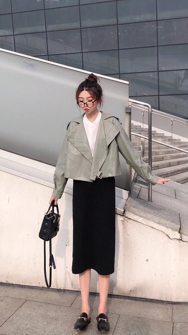 #秋分至,早晚温差穿搭法则#  出门一款外套🧥 早晚温差搞定👌 比以往不一样的皮衣外套 淡绿色~ 🧸职业女性朋友geng适合哦 比较轻熟风 的穿搭