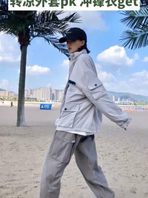 #转凉外套pk,想穿哪件?# 转凉 外套可以备起来啦 冲锋衣外套+工装裤+鸭舌帽+m2k 运动女孩穿搭日常