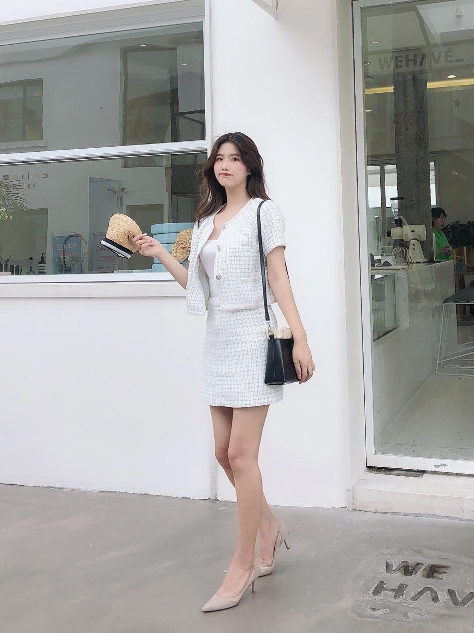 #教科书式秋季女友穿搭#  很好看的一套小香风套装 显气质最棒的就是小香风套装啦 格子的小设计很有风格很好看哦 搭上黑色的包包 黑白灰色调的设计很简单舒服啦 百搭的款式适合初秋的搭配呢