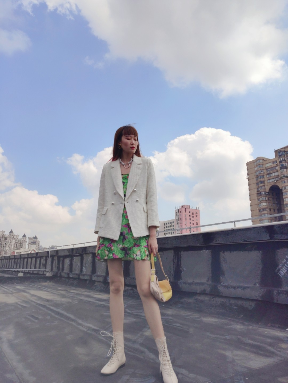 #国庆七日穿搭打卡计划#蝴蝶印花丝绒小短裙~太爱了,这个长度还超级性感,搭配个西装假正经😂