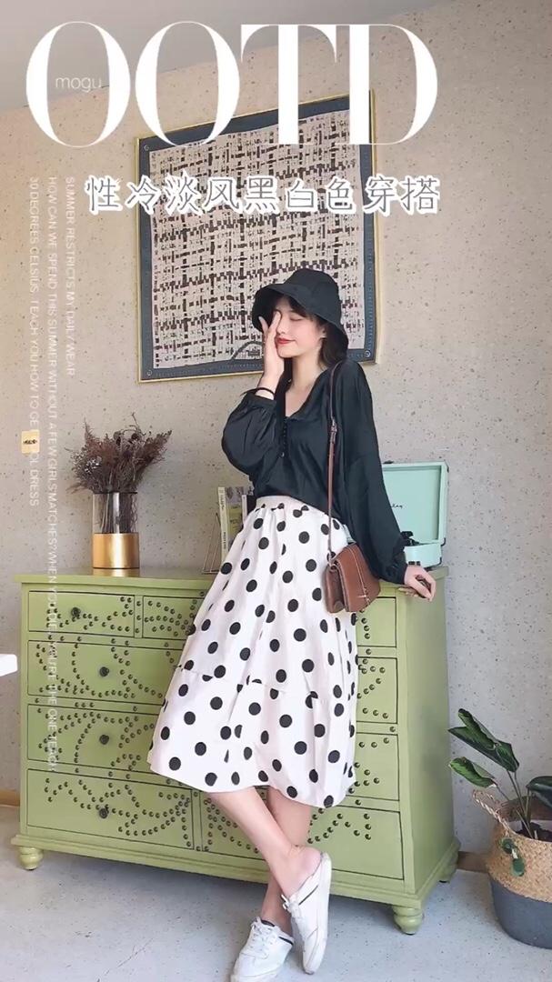 #教科书式秋季女友穿搭# 初秋的气质淑女风穿搭来啦 v领的亮丝质上衣 真滴很显气质很好看啦 宽松的版型显瘦遮肉啦 柔软又舒服哦~ 下装搭配上波点的长裙很温柔很舒服啦 一套搭配很简单又干净 搭上黑色的渔夫帽  看起来很有范儿的一套哦