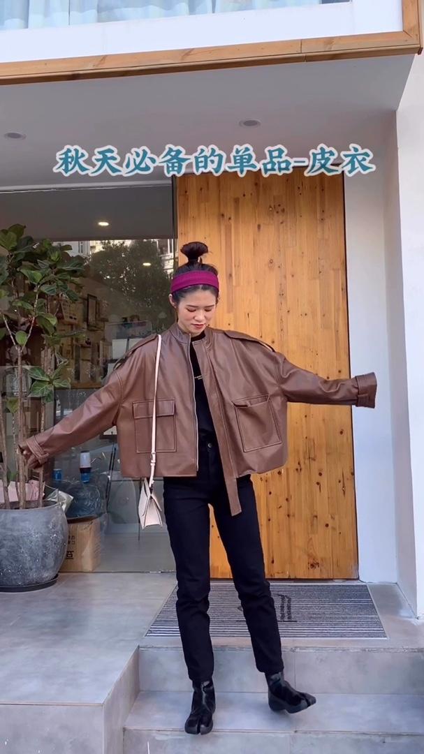 今日look #矮妹进!长高秘籍成套上身!# 秋天必备的皮衣 防风必备的外套呀  重点是超级的酷酷!