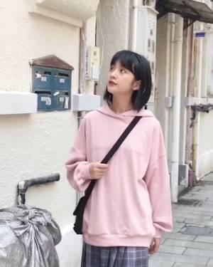 一款特别青春减龄的连帽卫衣,藕粉色很显白显气质,搭配百褶裙,很有日系少女的感觉,非常好看#小个子逆天显高穿搭速取#