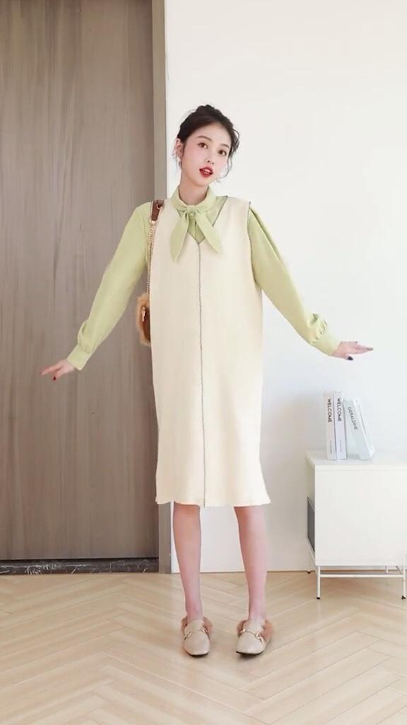 #肉女孩别滑走!显瘦就这套!#  色调相同,色彩相近的衣服可搭配在一起。 冷暖色调混搭时挑选色彩饱和度较低的衣服搭配。