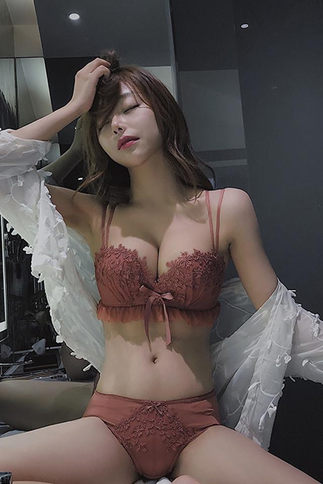 性感蕾丝少女无钢圈内衣聚拢上托防下垂小胸罩加厚美背文胸套装