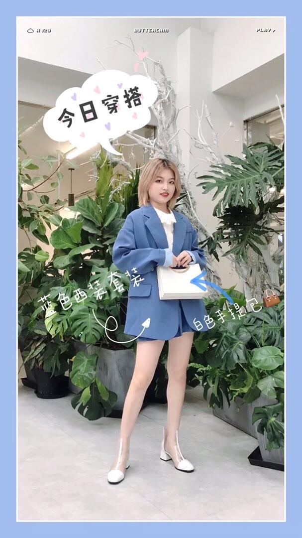 #问:秋冬如何穿出神仙好身材?# 蓝色西装套装 很养眼的一套呀 花边白衬衫点缀整体 增加亮点 白色手提包和透明靴子很配呀!