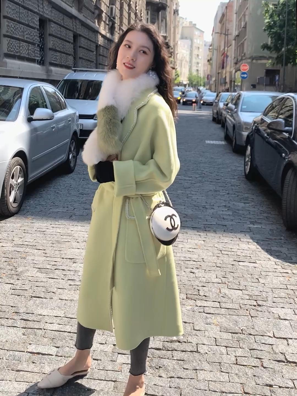 #囤一波厚外套,选这几件就对了# 淡绿色长款大衣 冬天穿 绝对让你不会撞衫 非常好看的版型 里面可以搭配黑色高领毛衣和黑灰色针织裤子~ 包包的话搭配一个斜挎的香奈儿 整体非常显贵 冬天的话一份狐狸毛的绿色毛领绝佳的搭配!