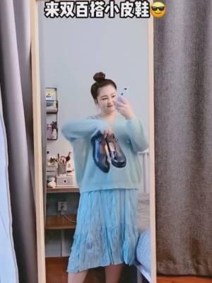 #晒出你颜值最高的毛衣搭配!#  毛衣大概是秋季最受欢迎的单品之一了,百搭保暖不臃肿,显瘦保暖,谁不爱呢?