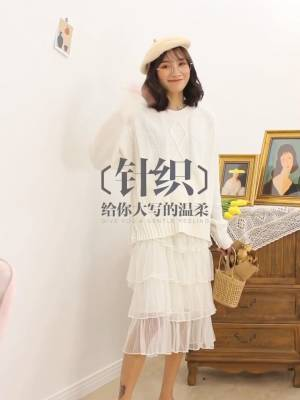 番茄分享🍅小个子穿搭指南 韩系小清新风Look 给大家分享一条性价比很高的小清新套装,简单大气又好看哦~上衣是一件圆领套头毛衣,既百搭又显瘦而且还很好看呢!搭配一条白色的半身裙,一套雪白雪白的特别适合秋冬哦~美美哒套装你值得拥有!#双十一脱单必备:温柔风套装!#