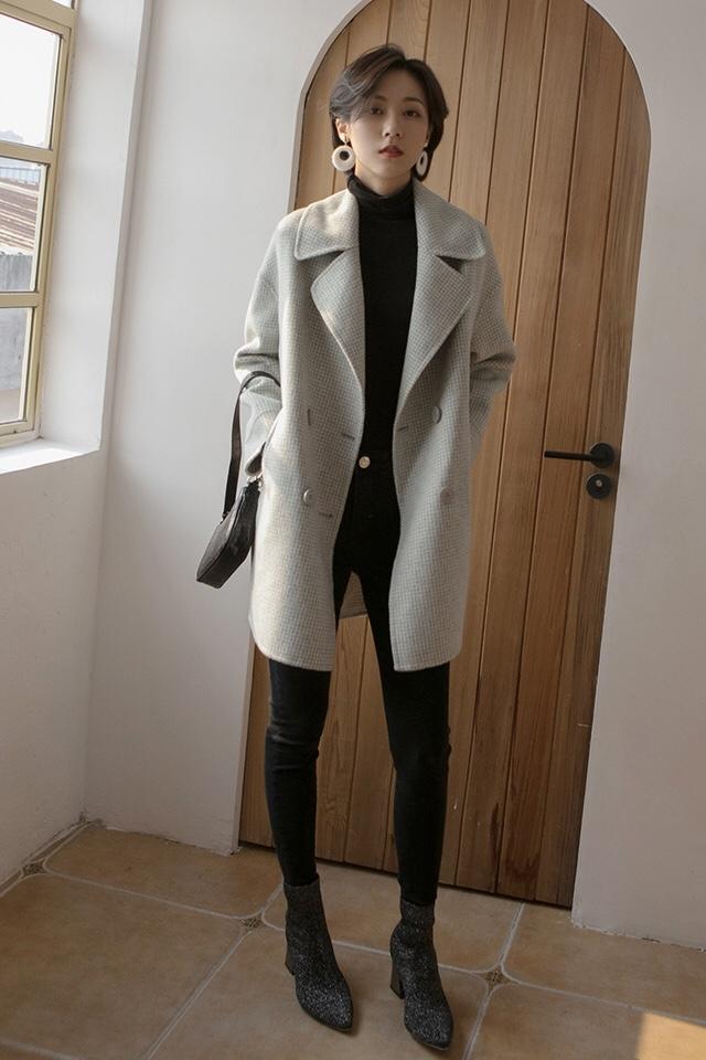 #双11气质女神必败清单!#🙈百變的秋冬LOOK,少不了小格紋❤️ 👧VV:身高167cm,體重45kg,試穿S碼&均碼 🔒LOOK:這款大衣真的是很可愛啊俏皮的小格子圖案,簡約又經典同色系的雙排扣設計,更是給整體加分左右兩邊各有一個大口袋方便插手取暖或者裝些小物件,很貼心中長的長度對小個子姐妹也非常的友好精選的顏色也是充滿活力呢 秋高氣爽,自然是少不了高領單品啦這款堆堆領的T恤就是我們精心挑選的啦面料是很柔軟的觸感,上身很舒適領子的高度也是精心設計的,堆堆領穿著很時髦整體是直筒版型,不會太貼身所以單穿也沒問題,不用擔心透肉哦打底當然也是非常合適的,風衣或者馬甲都很不錯🔍