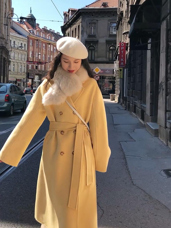 #双11人人都在问的外套!# 黄色手工双排扣大衣~ 这件是在韩国东大门买的 面料都是韩国进口的 秋冬天穿黄色就会有一种温暖的感觉 搭配一个狐狸毛毛领 温暖加倍 鞋子的话搭配毛毛拖或者白色的靴子 包包选择了一件斜挎包 可以增加层次感 里面内搭搭配米色羊绒连衣裙 很温柔保暖的一套 白色的贝雷帽和内搭的颜色相呼应 更加气质 女神