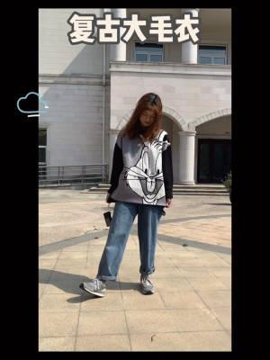 #毛衣热销榜,双11又打折!#   🐰街头复古大毛衣~黑白配色,非常简洁。毛衣是纯棉纱线的,舒适度较好,袖子较长,可以卷起来穿。搭配直筒牛仔裤,休闲又复古。  灰色的运动鞋,搭配小熊印花图案玻璃袜,是一个小心机嘿嘿!毛衣单品你入手了吗?