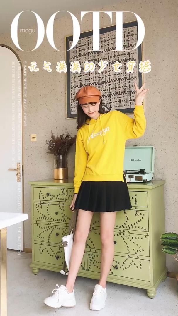 #双11温柔斩男高阶教学#  很适合秋天的一套亮眼风格穿搭来啦 黄色的卫衣很亮眼很好看啦 搭配上百褶短裙  很学院英伦的一套风格啦 黄色➕黑色的颜色搭配很有亮眼的感觉啦  活力搭配很好看啦~