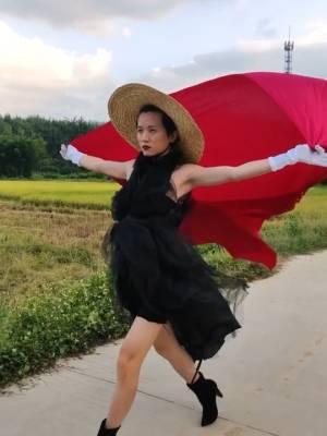 稻田旁时尚走秀,刚开始眼神跑哪了(哈哈)#龙龙的秀场#