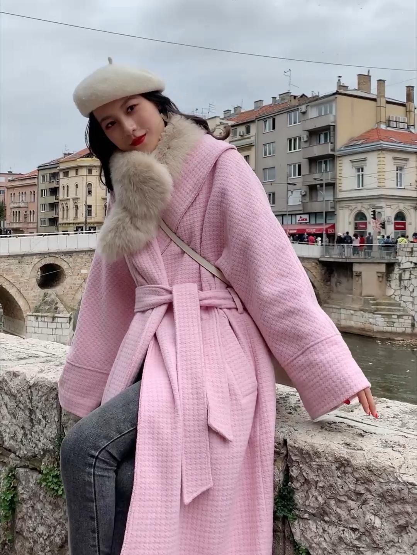 #双十一懒人的通勤过冬装备# 粉色浴袍大衣 这款粉色特别显白 不会上身很土 我做了两个搭配 一个搭配米色的连衣裙 非常气质温柔的一套 搭配斜挎的爱马仕包包呼应白色的贝雷帽 非常气质的一套 也可以搭配灰色紧身牛仔裤 搭配米色上衣 就会更加方便上班一些~