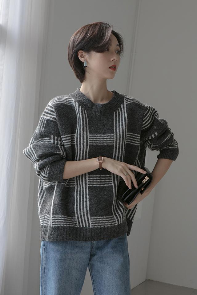 复古撞色格纹毛衣怎么搭都好看 VV:身高167cm,體重45kg,試穿S碼&均碼 LOOK:即使是寒冷的秋冬季也要穿的漂漂亮亮经典不过时的条纹格子元素精心设计的宽松版型,不挑人,很显瘦撞色的设计更是很有层次感搭配裤子或者半身裙都很ok 牛仔裤的经典基本不用多说了吧简直是百搭界从不缺席的单品了这款直筒牛仔裤的颜色真的是敲好看而且深蓝色还非常的显瘦哦我们试搭了很多颜色的上衣都很合适口袋处的基础破洞设计也算是一个小心机设计啦一个小小的亮点给衣服増色不少#双十一仙女专属折扣美衣#
