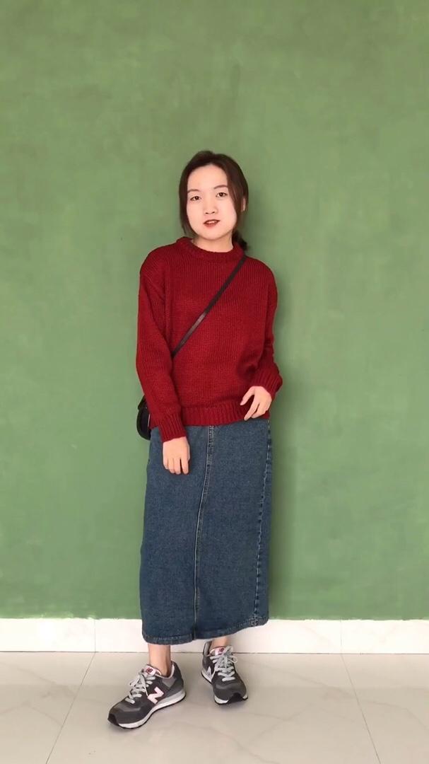 红色的毛衣搭配牛仔半裙是不是有点小复古~kumikumi家毛衣款式很多,喜欢这件毛衣是因为它简单的版型很好搭配衣服.牛仔半身裙搭配运动鞋这种组合还是挺特别的,特别的好看哈哈哈哈😄 #双11温柔风毛衣精选#