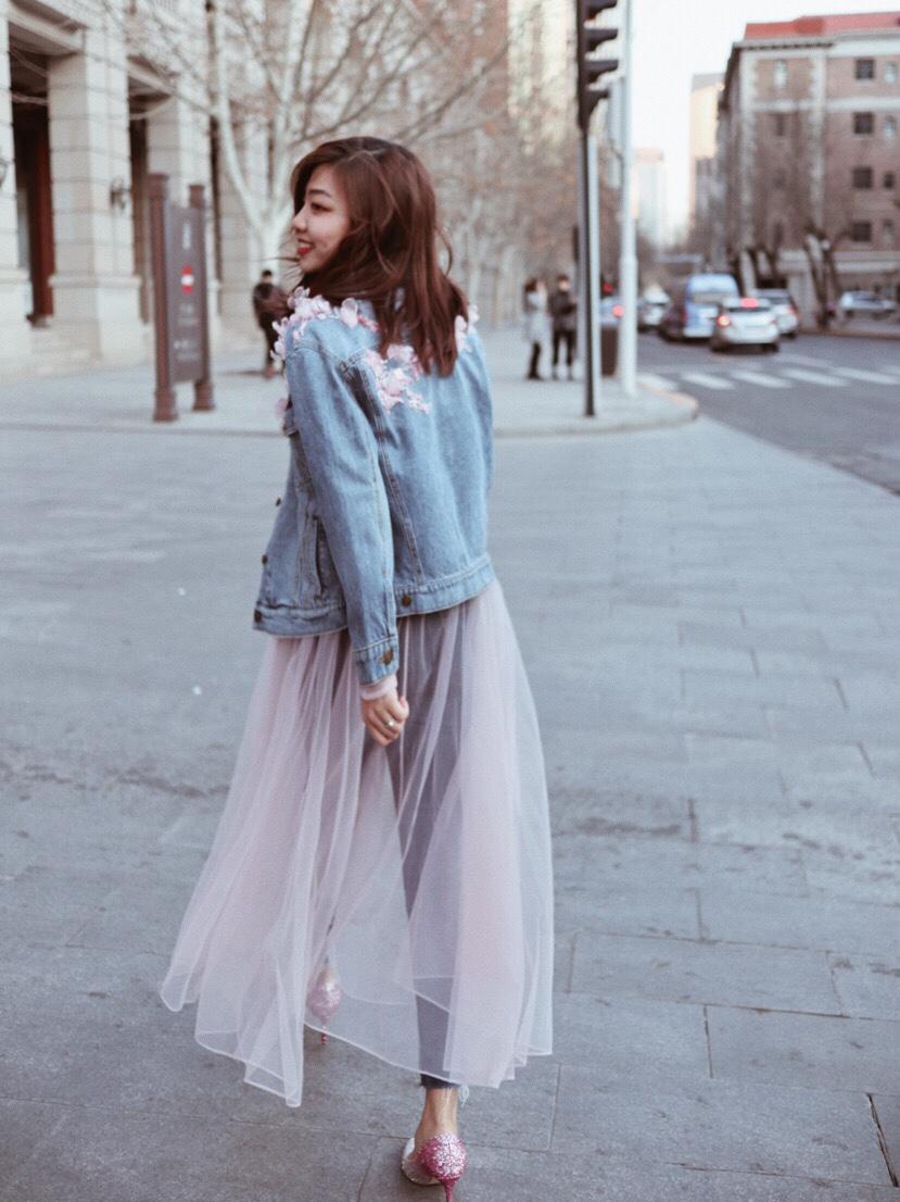 牛仔外套前卫摩登酷飒随性,粉色纱裙优雅大方仙气十足,纱裙拼接牛仔腰封的独特设计凸显了腰线也塑造出了大长腿的效果🉑️ 把牛仔和纱裙搭配到一起,甜酷气质加成超吸睛。 #双11约会套装100套拿好#