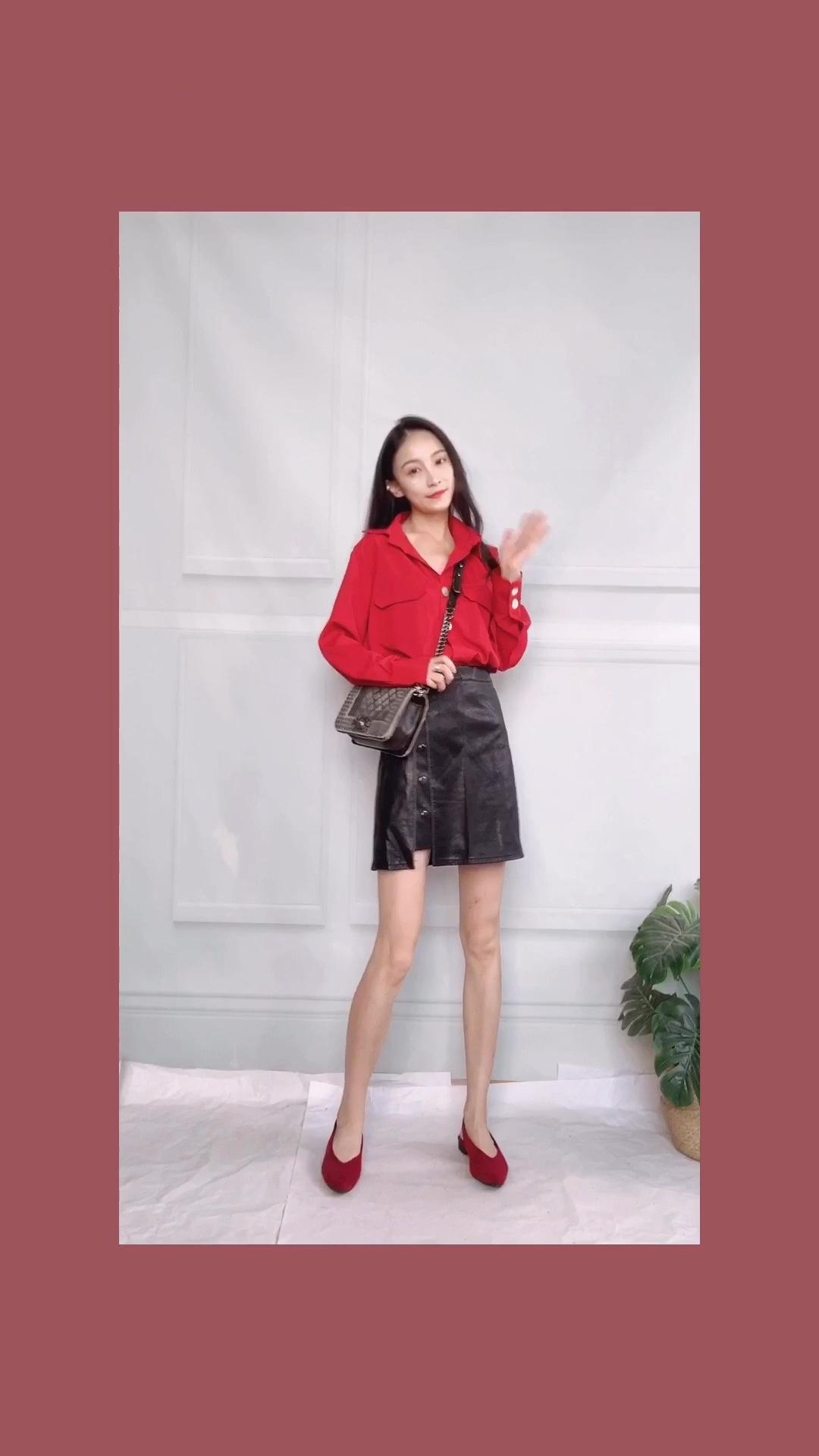 OOTD每日穿搭|复古显高LOOK 哇红色的衬衣复古又港风十足 不仅显白衬肤色还很显气质 搭配高腰的皮裙瞬间大长腿 侧纽扣设计也是很出众了呢 #教科书式秋季女友穿搭#